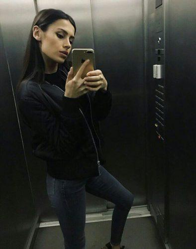 Alev-alev genç kız Engin